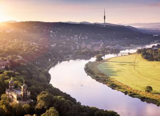 Dresden with a view towards Saxon Switzerland. In the foreground the three Elbe castles (Albrechtsberg Castle, Lingnerschloss and Eckberg Castle) and the Blue Wonder. Photo: ddpix.de (DML-BY); Germany